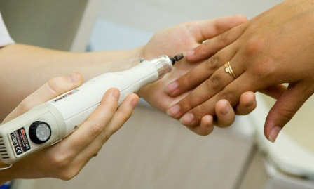 чистка ногтя