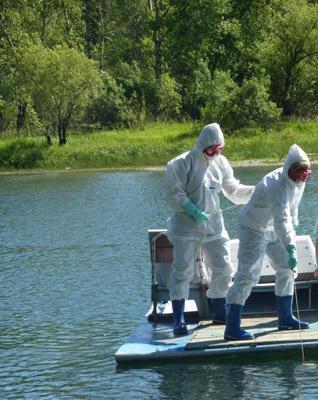 эпидемиологи при отборе проб воды