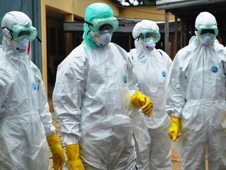 бригада медиков в противочумных костюмах