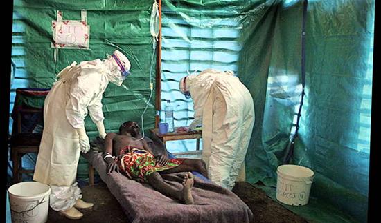 На фото борьба с лихорадкой Эбола